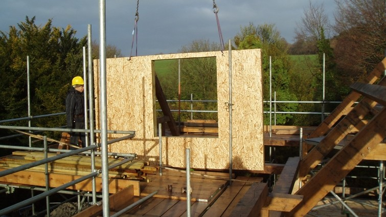 SIPS-panel-being-fitted-on-site-cropped-755x424